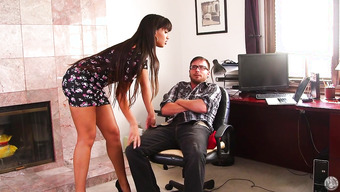 Хрупкая девушка мастурбирует видео скрытой камеры