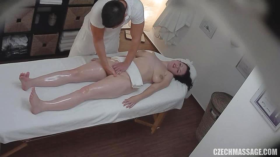 Порно скрытой камерой из массажных салонов